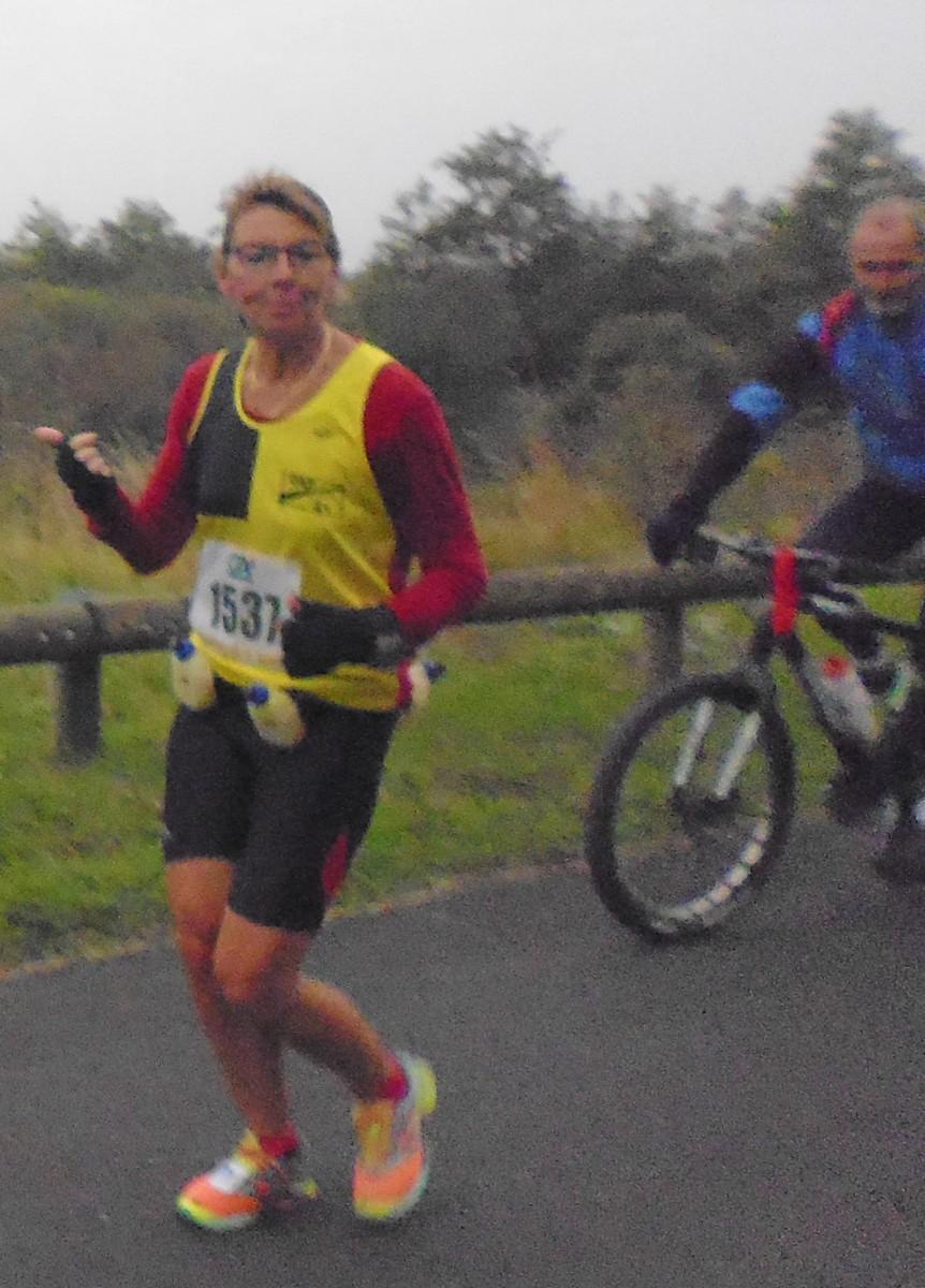 100 15 une joggeuse et son cycliste sur le marathon