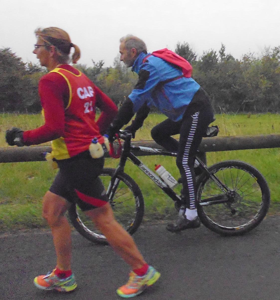 100 16 une joggeuse et son cycliste sur le marathon, de profil