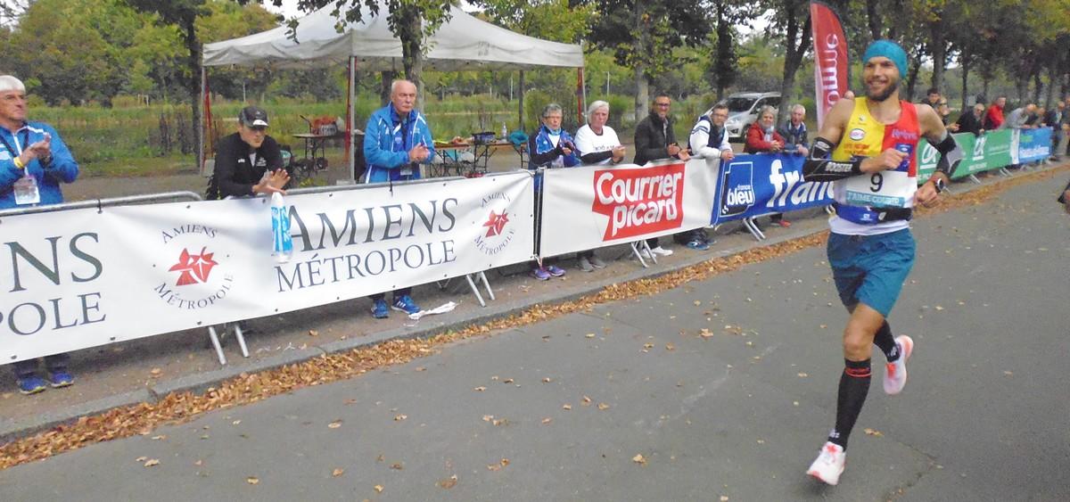 100 18 le champion de France franchit la ligne d'arrivée, quelle foule dense pour l'applaudir !